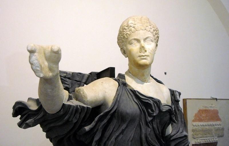 La statua di Aura in marmo bianco e nero