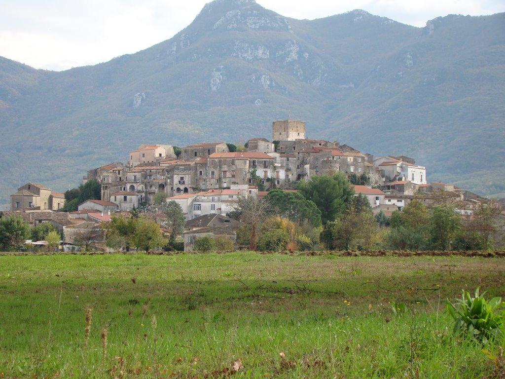 L'Antico borgo medievale di Pietramelara, con la torre longobarda (foto di Mapio.net)