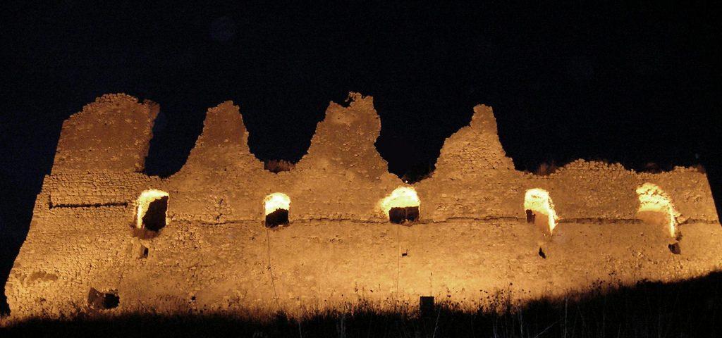La rocca di Mondragone di notte (foto di mapio.net)