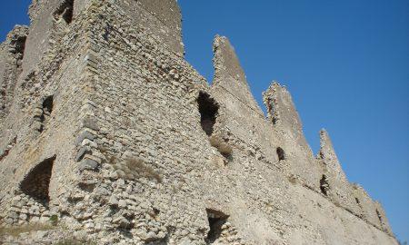 Veduta laterale del castello, in tutta la sua imponenza (foto di mapio.net)