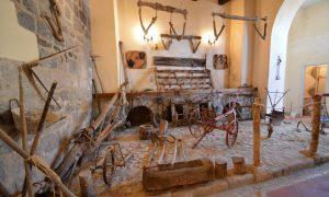 Museo Kere, dettaglio degli strumenti (foto dell'archivio fotografico guideslow.it)