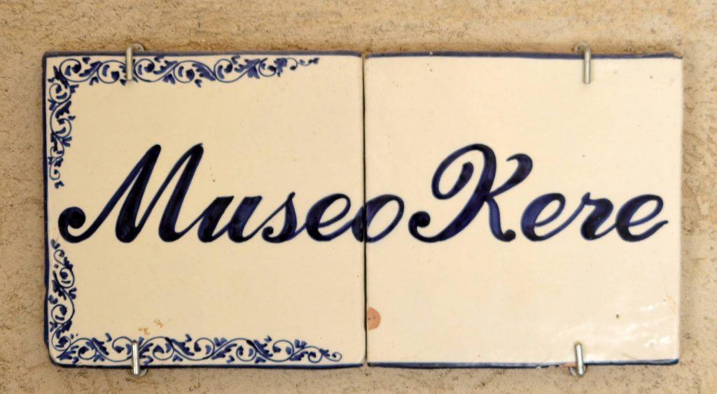 Museo Kere, insegna (foto dell'archivio fotografico guideslow.it)