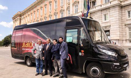 I rappresentanti delle istituzioni accanto al bus