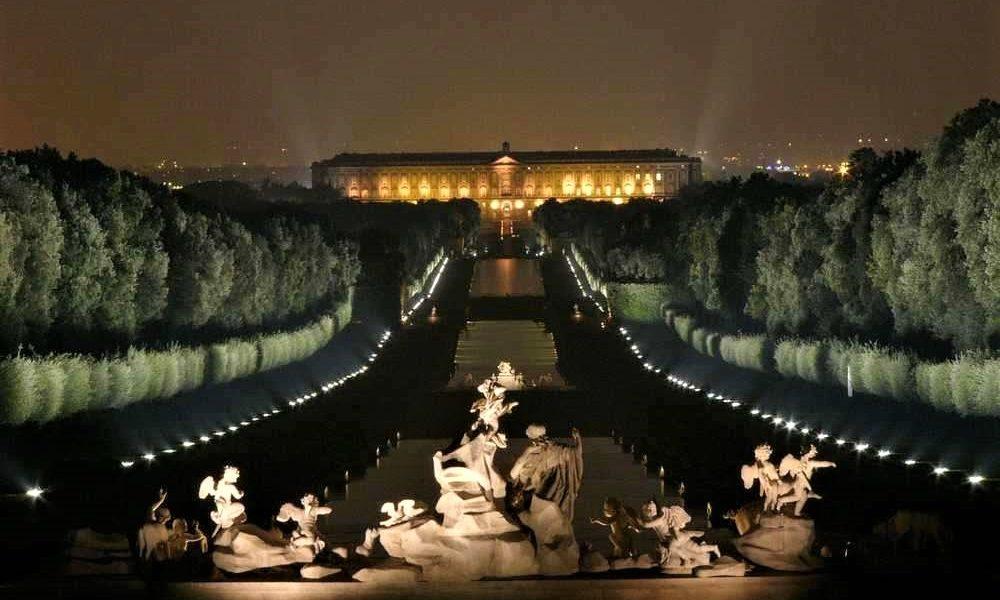 il parco della reggia di caserta di notte