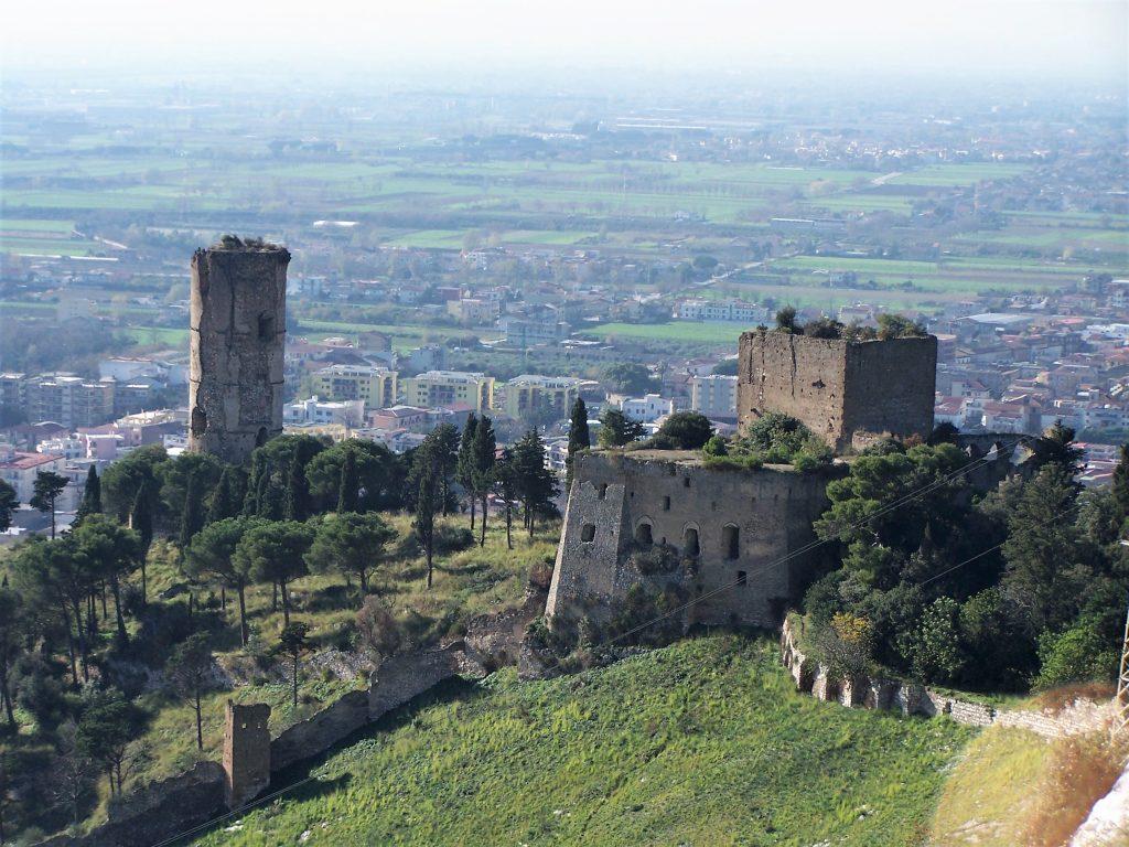 il castello che sovrasta maddaloni