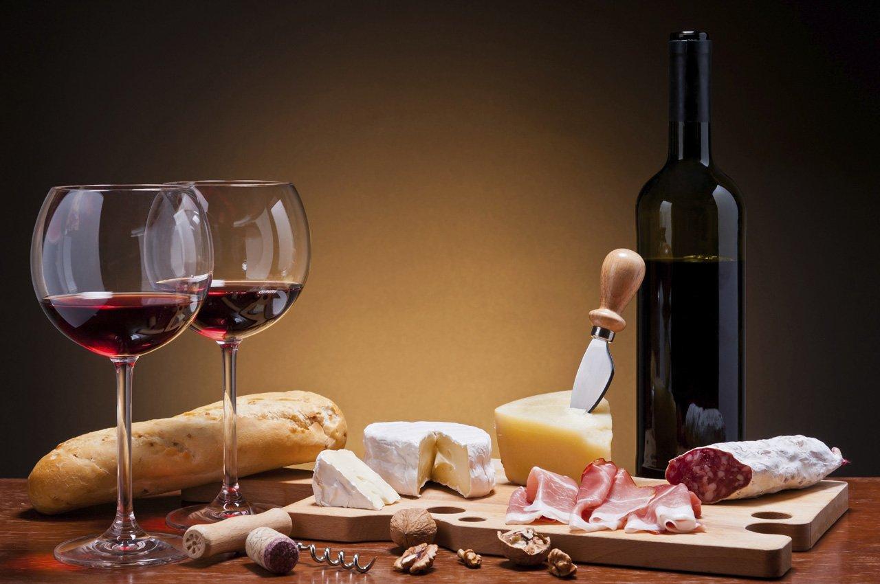 Invitante tagliere di formaggi e salumi, abbinamento perfetto con il vino rosso