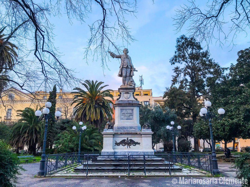 la Statua Di Vanvitelli presente nell'omonima piazza