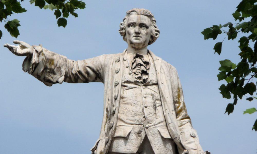 la Statua Di Vanvitelli nell'omonima piazza a Caserta