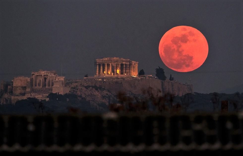Eclissi di luna ad Atene