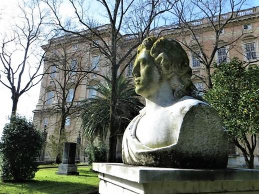 Goethe A Caserta: la statua alla Flora