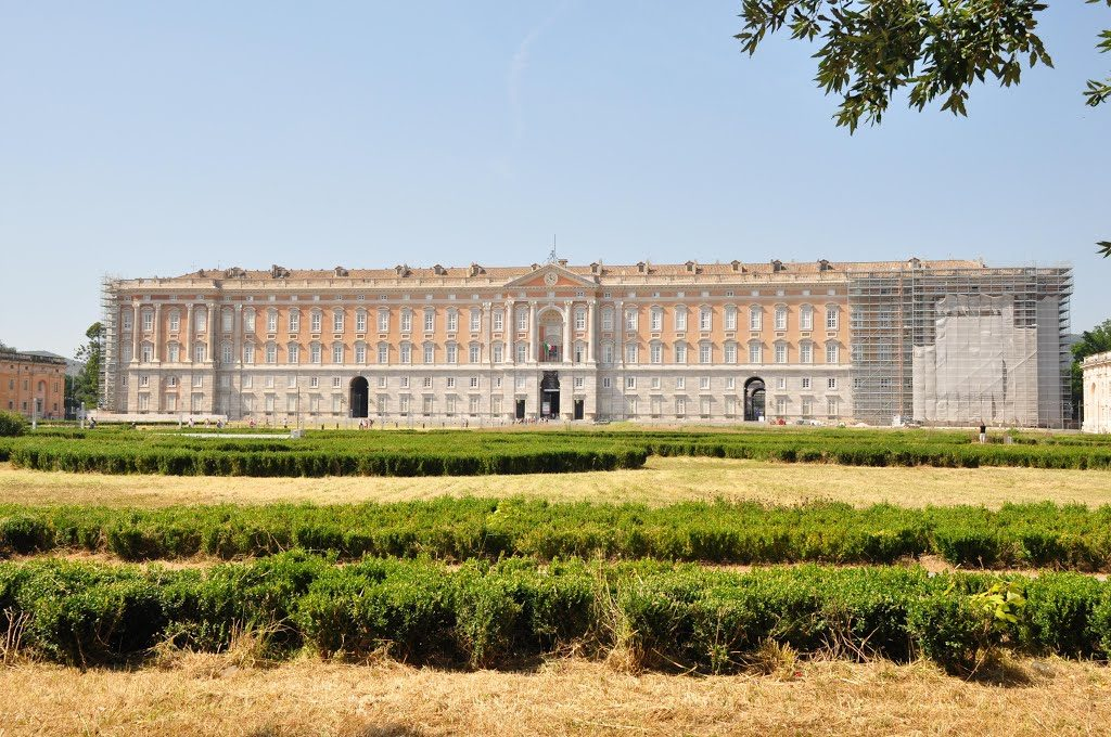 Il manto erboso di piazza Carlo III Caserta