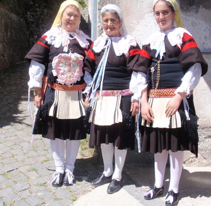 Le orgogliose donne di Gallo Matese con i loro costumi tradizionali (Foto di guideslow.it)