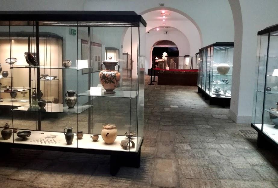 la collezione di vasi attici e di artigianato locale del museo