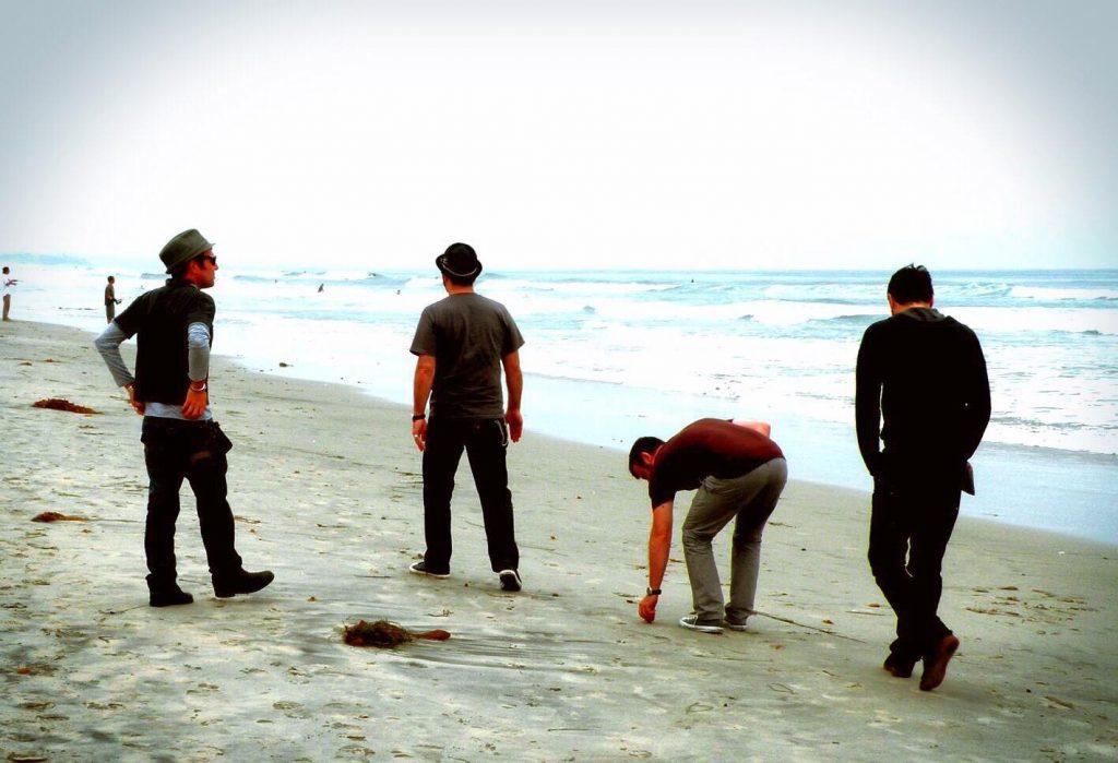 la band in spiaggia