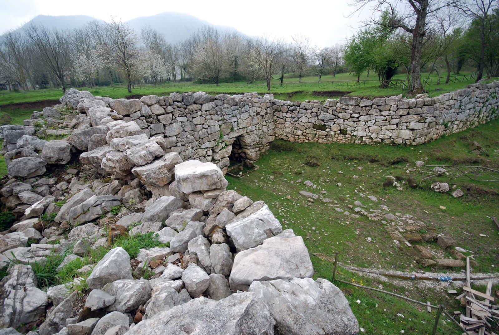 Veduta laterale della porta megalitica di Trebula Balliensis (Foto di Guideslow.it)