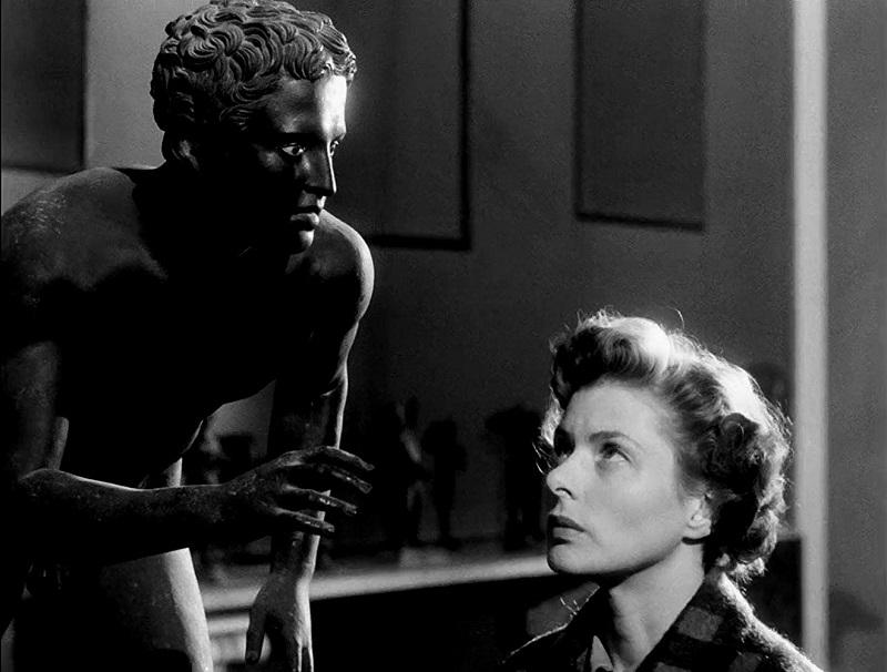 Ingrid Bergman nel film Viaggio in Italia. Nel Mann, l'attrice ammira diverse sculture, tra cui la Venere di Sinuessa