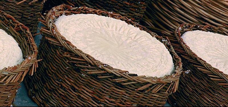 Cacioforte di Statigliano posizionato nei cestini di vimini