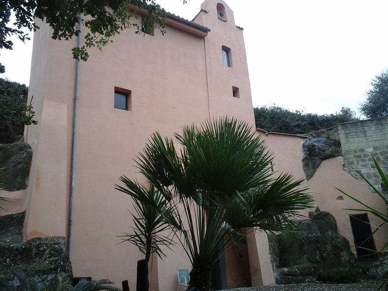Veduta laterale della Chiesa di S. Maria in Grotta (Foto di lebellezzedelmassico.blogspot.com)