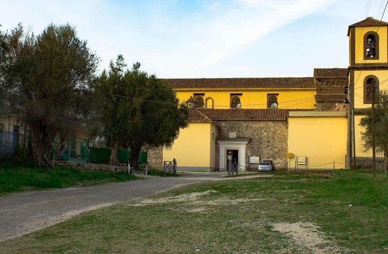 Cattedrale Romanica accanto al Castello angioino aragonese