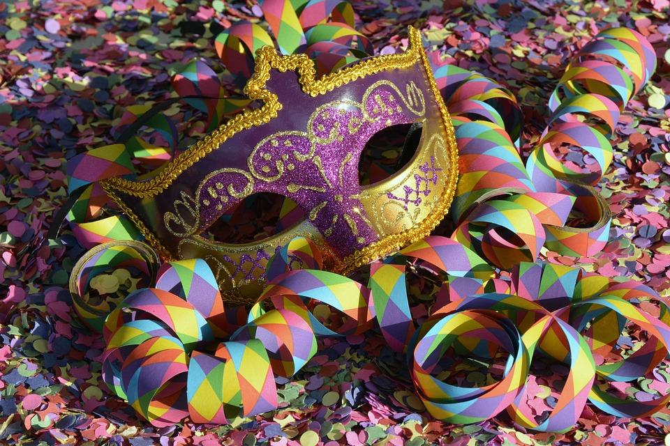 Carnevale Pratella 2019 - coriandoli e una maschera
