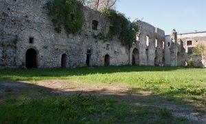 cortile dell'Abbazia Della Ferrara Vairano