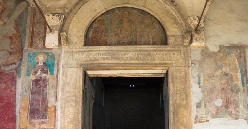 Affreschi facciata San Pietro Ad Montes