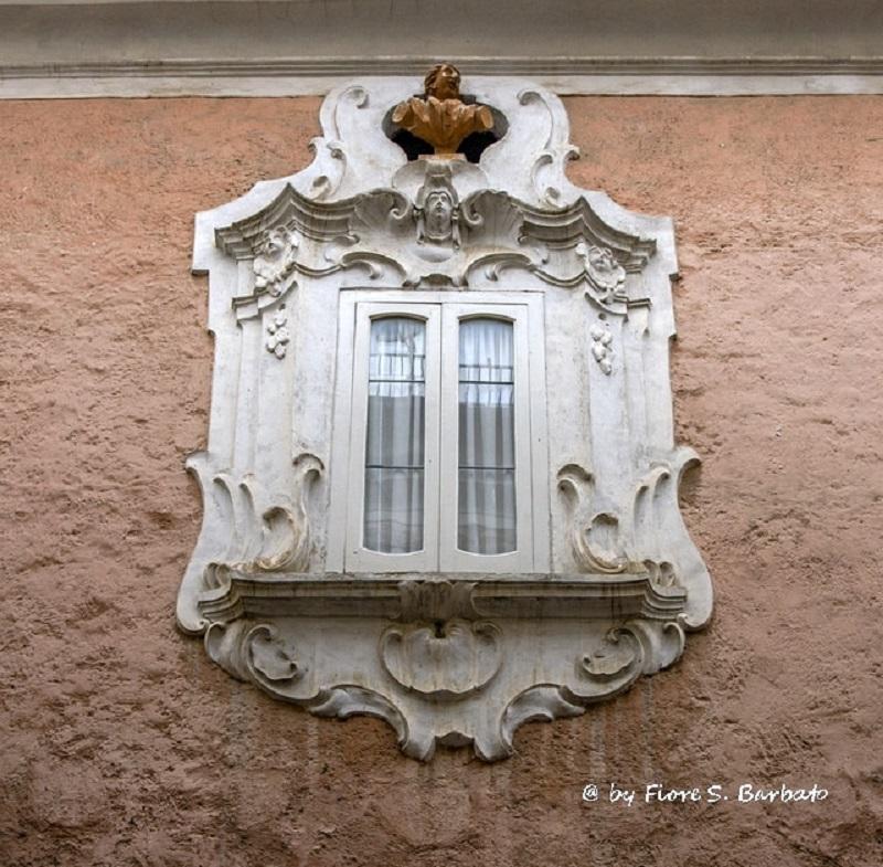 Palazzo Savastano, dettaglio della finestra