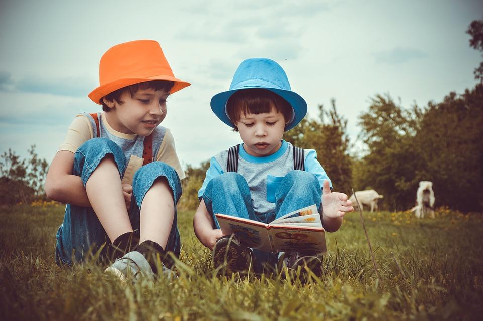 Boys Piccola Libreria 80mq: libri nei prati