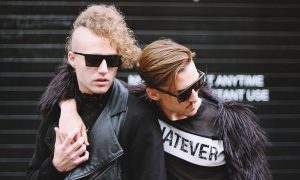Vietato l'ingresso ai gay: due uomini si tengono la mano