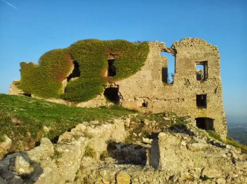 il mistero del Drago di Mondragone - castello