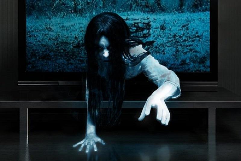 Samara che esce dalla tv