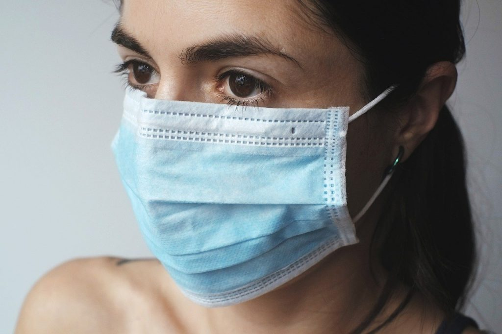 Coronavirus a Caserta, donna con la mascherina