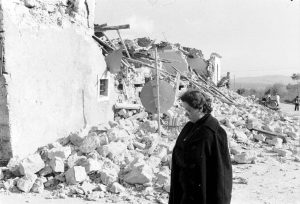 Terremoto dell'Irpinia - signora guarda le macerie