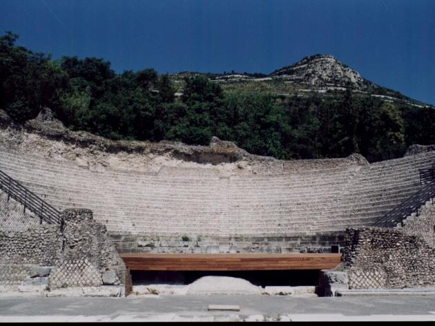 Archeologia A Cassino - immagine del teatro di Casinum