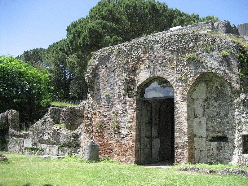 Archeologia A Cassino- entrata del mausoleo a Cassino