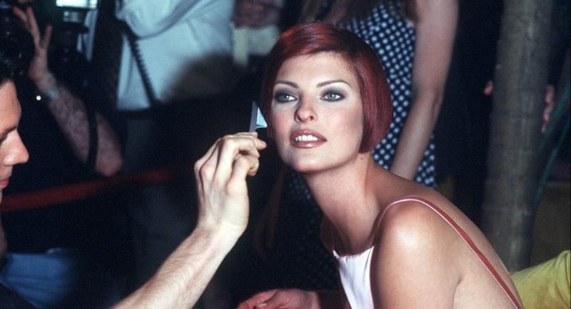 Linda Evangelista - foto della modella al trucco