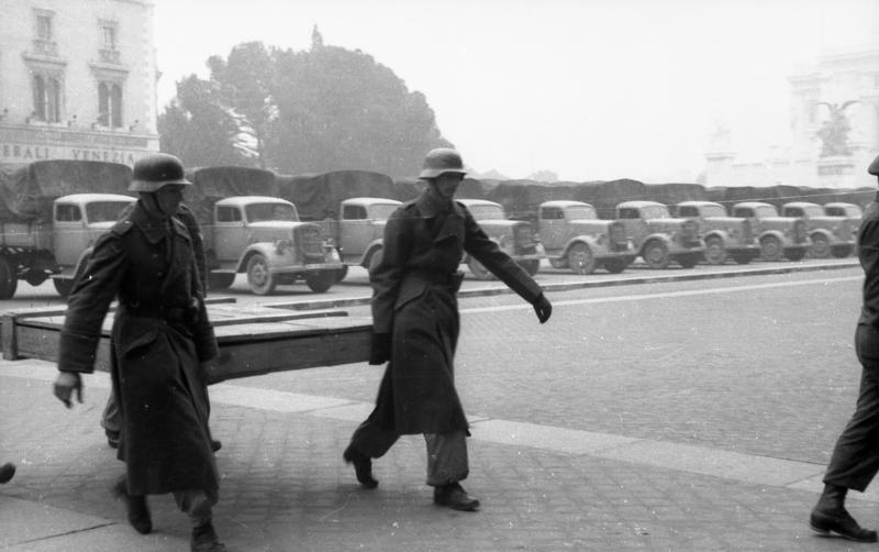 Julius Schlegel - due soldati tedeschi trasportano una tela preziosa su un camion diretto a Roma