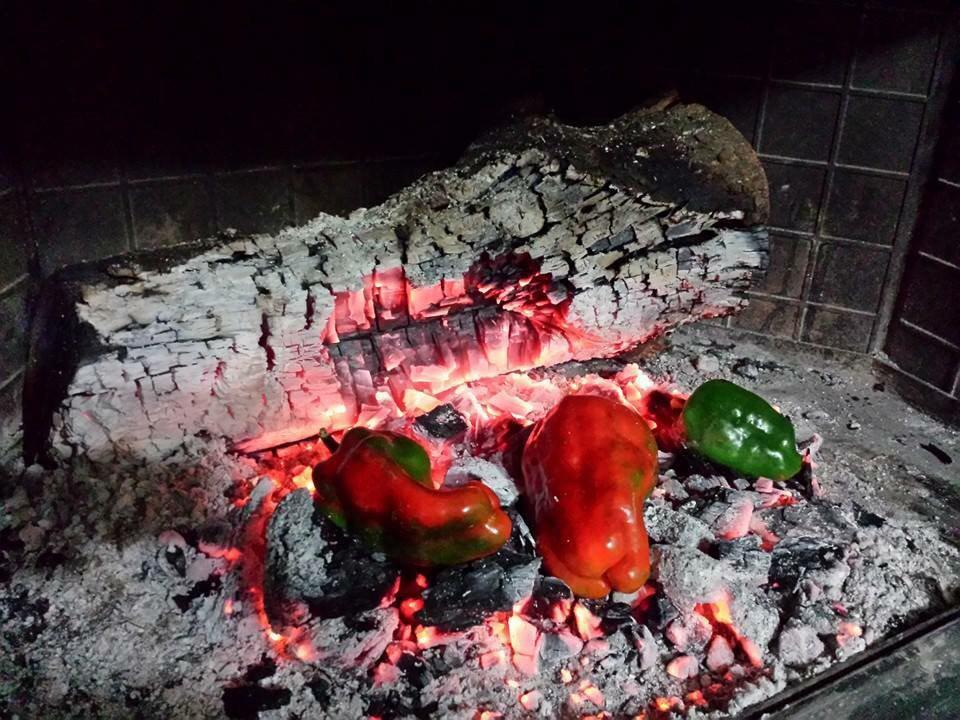 Peperoni Alla Brace - peperoni nel camino a cuocere