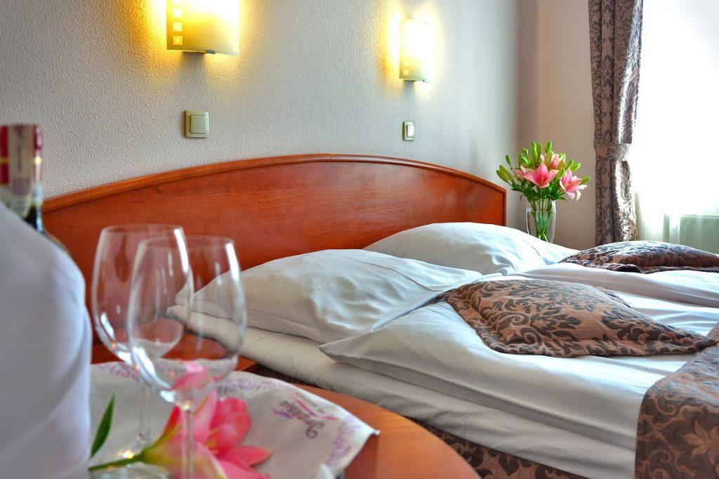 San Valentino Da Vivere E Ricordare. Immagine con camera da letto con fiori e bicchieri e champagne