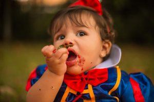 Carnevale Frutta Bambini Bambina Vestita Da Biancaneve Che Mangia Frutta