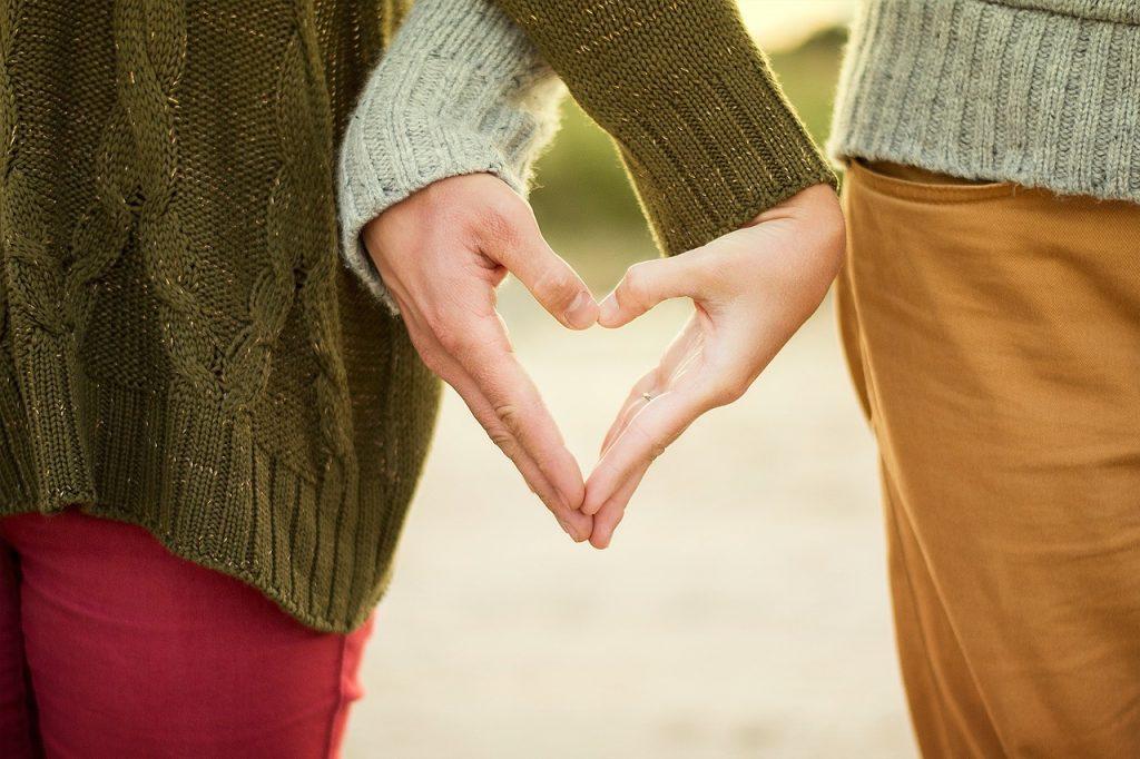 San Valentino Da Vivere e ricordare, l'immagine immortala le Mani di due innamorati che formano un Cuore