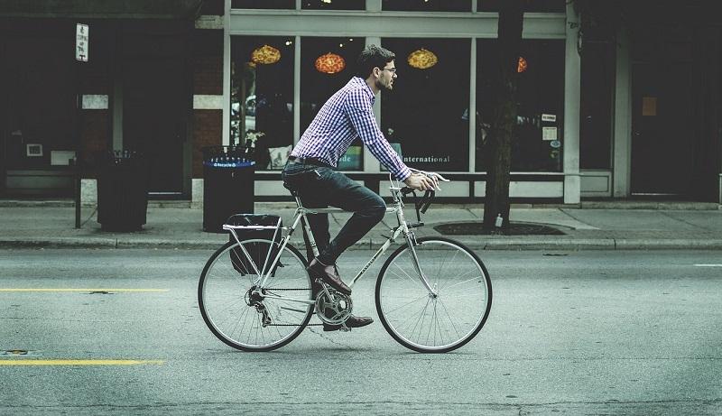 Corsia Ciclabile Uomo In Bici