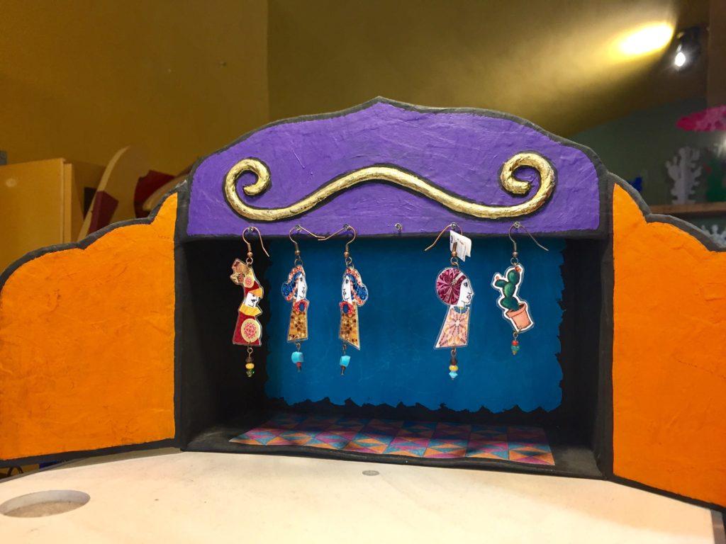 Suppellettili a forma di fico d'india, borse, orecchini, collane e bracciali con motivi della tradizione siciliana realizzati da Elisabetta Censabella
