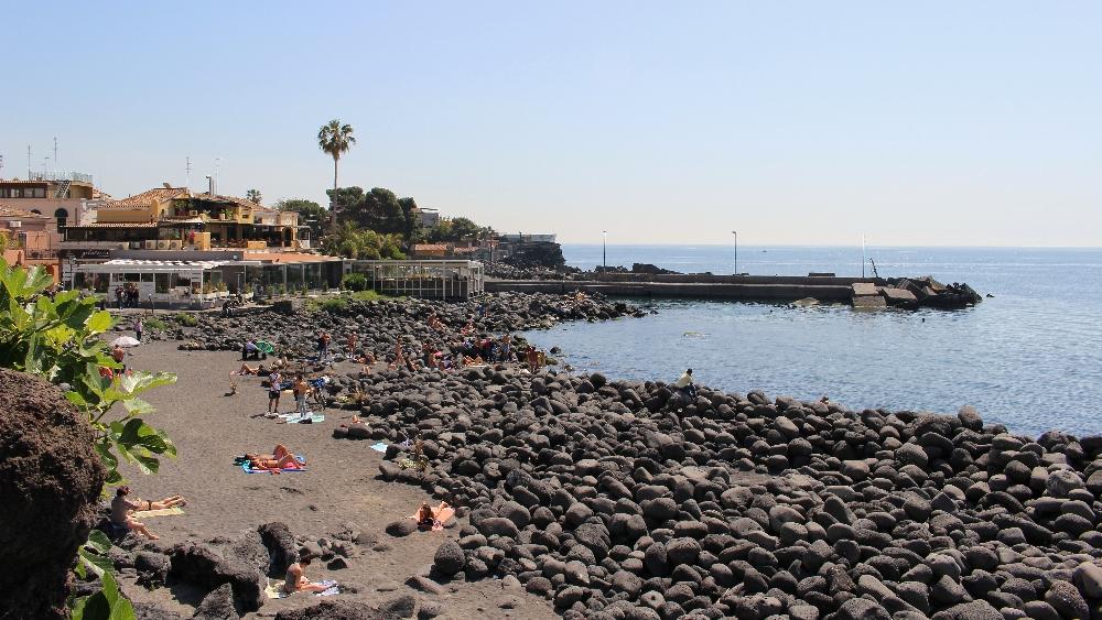 La spiaggia nera di San Giovanni Li Cuti