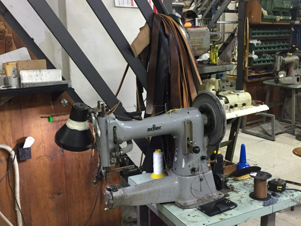 Macchina da cucire utilizzata nel laboratorio per la lavorazione del pellame e la creazione di accessori.