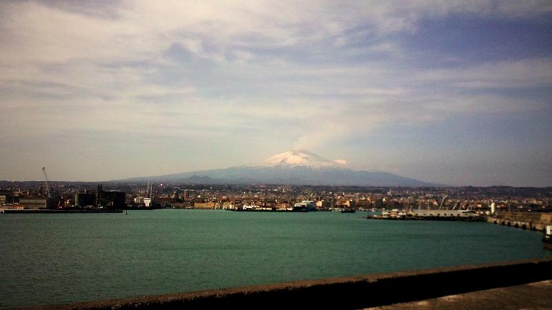 La vista dal porto di Catania