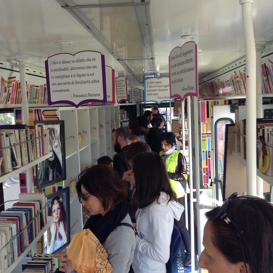 Nell'Autobooks sono stati tolti i sedili e sostituiti da scaffalature a giorno che accolgono i libri