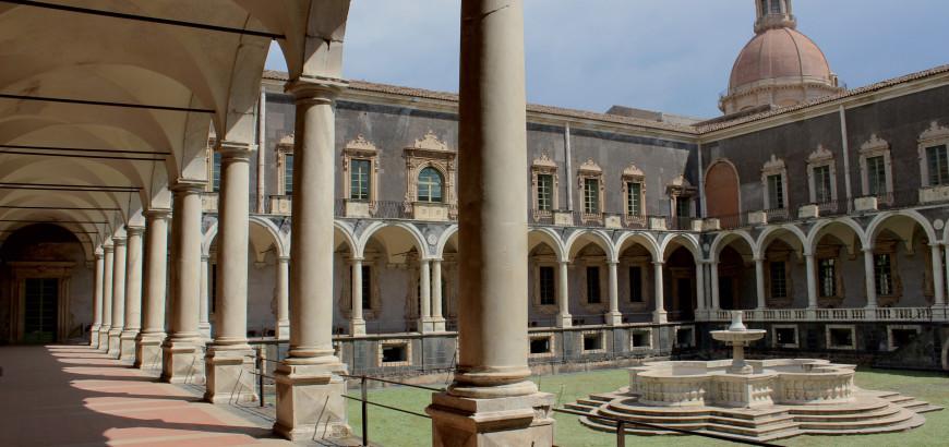 Il Chiostro di Ponente del Monastero dei Benedettini