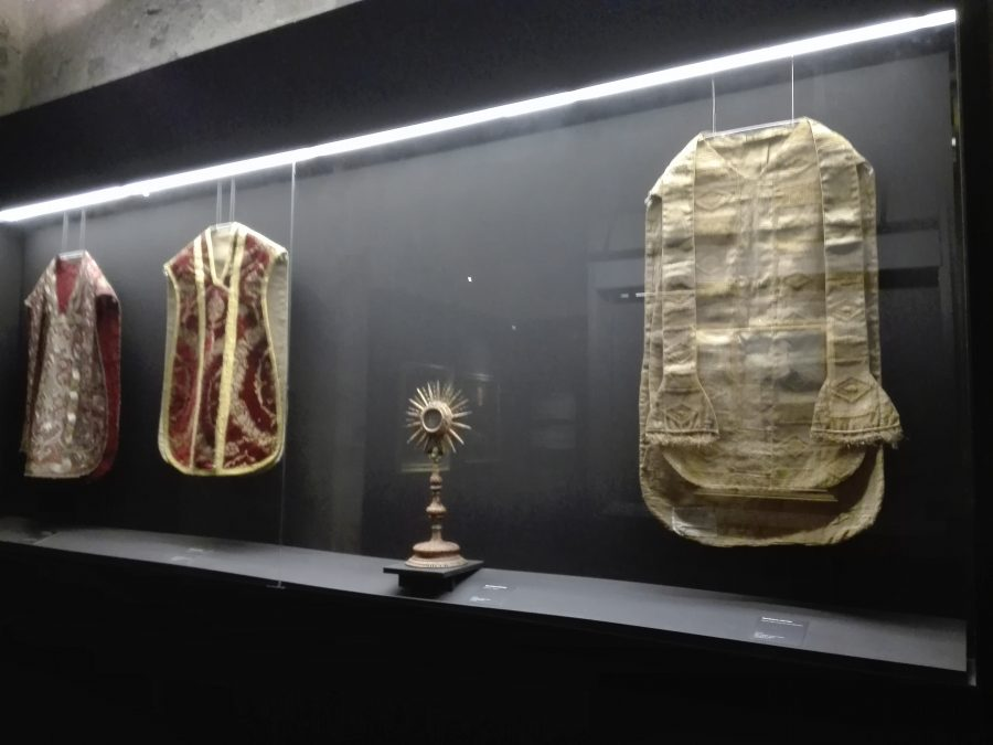 Abiti sacri dei monaci benedettini in mostra al Castello Ursino di Catania