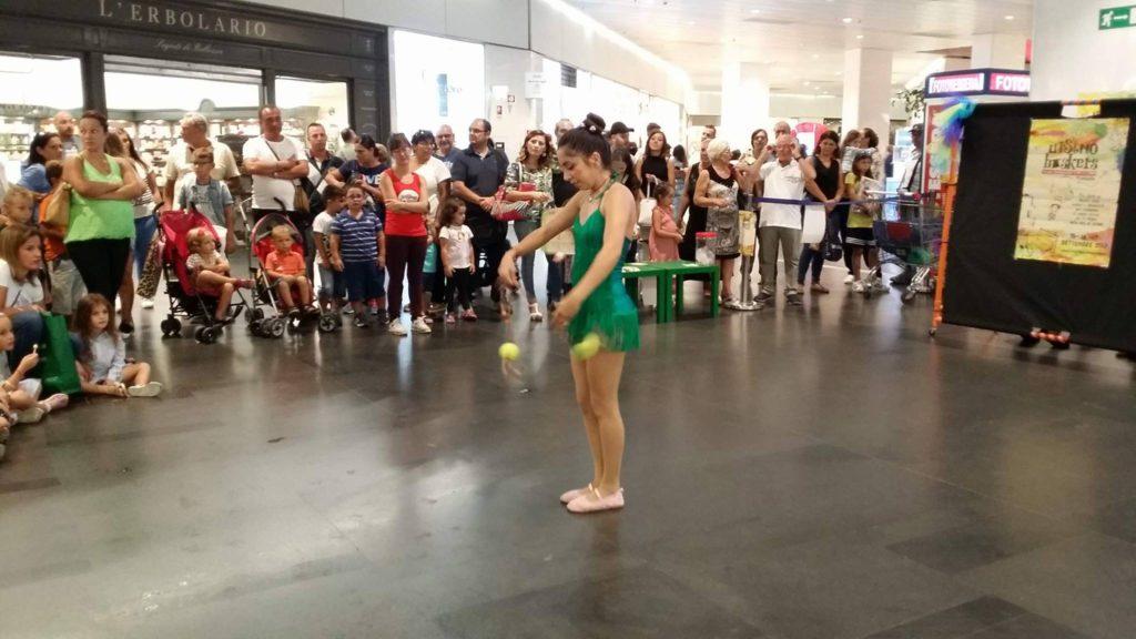 Aspettando Ursino Buskers: Valentina Signorelli durante una delle sue performance.